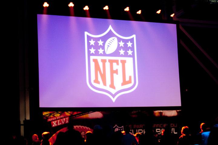 Misteur Valaire et des cheerleaders de la NFL fêtent le Super Bowl