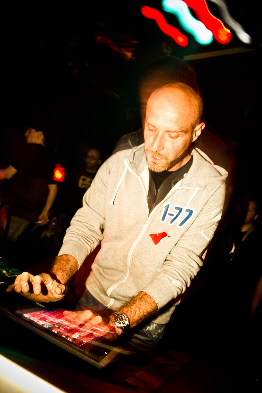 Le DJ français Vitalic électrise le Belmont