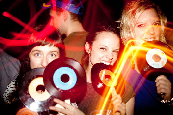 5 ans de folles soirées Fizz Factory au Salon Daomé, on mange des vinyles