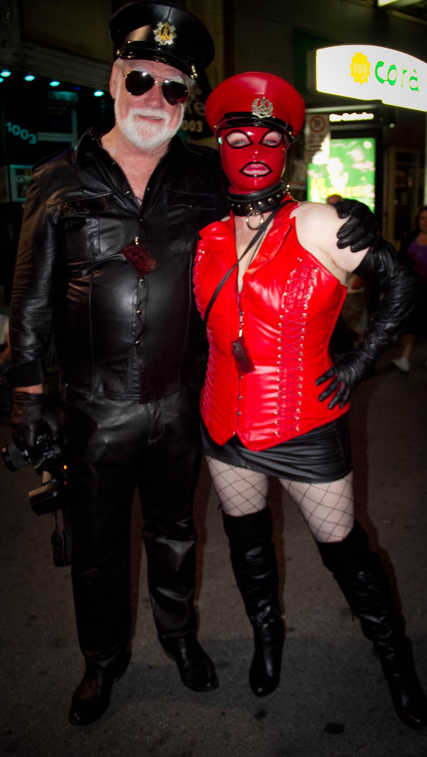 Photos du Kabaret Kink au Montréal Fetish Weekend: latex et plumes noires