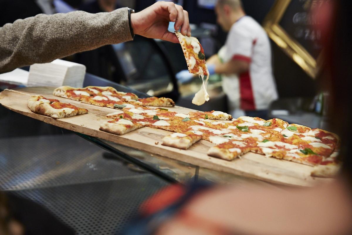 Il pleut des pizzas au party à l'italienne de chez FCO Di Fiumicino
