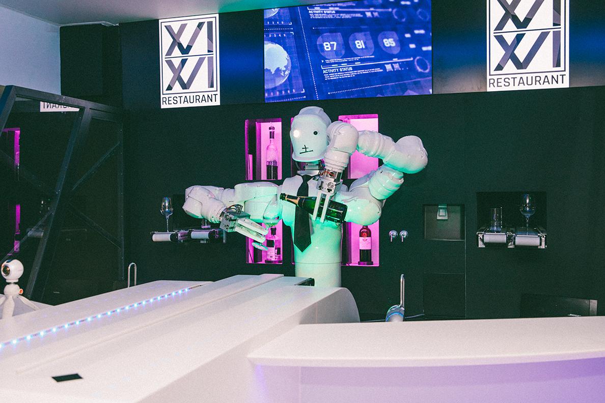 R1-B1, le premier robot-barman au monde, nous accueille à l'ouverture du restaurant 1616 (PHOTOS)
